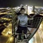 Waaghals James Kingston klimt door een onafgemaakte toren in Dubai