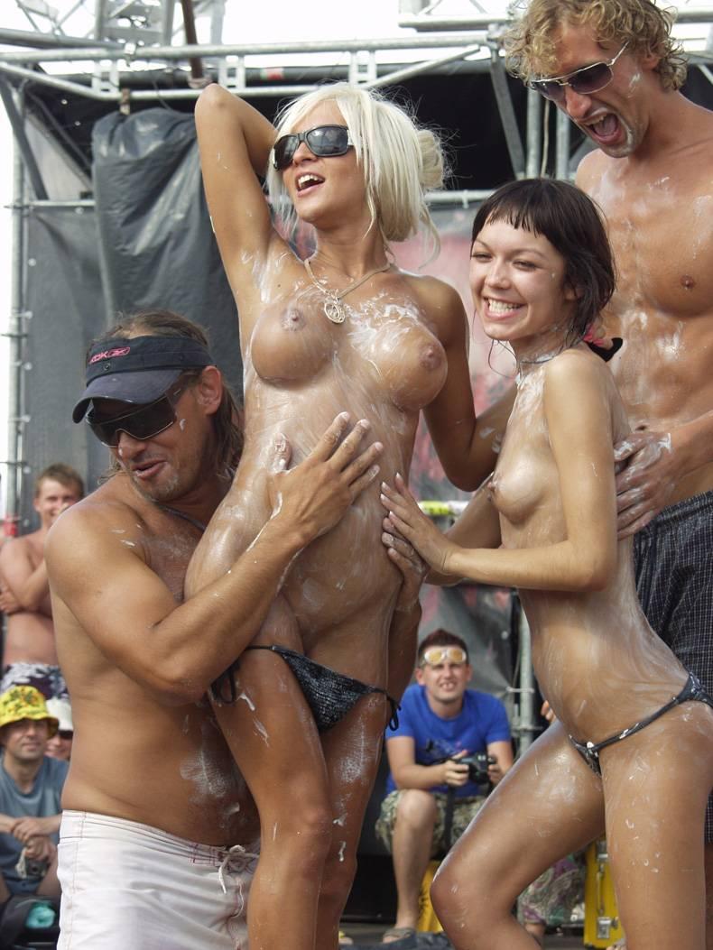 Вечеринки все голые пляж, трансвеститы порно девушка трахает девушку