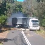 Er zit een engeltje op de schouder van deze Australische vrachtwagenchauffeur