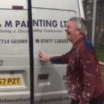 Deze schilder heeft nogal een slechte werkdag achter de rug