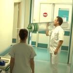 Plaaggeest Remi Gaillard heeft een nieuwe baan als verpleger
