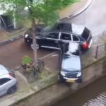Gestolen Porsche Cayenne beukt Smart in het kanaal van Amsterdam