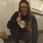 Vette spontane samenwerking tussen rapper en zangeres in de metro van Berlijn