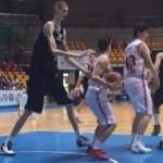 Deze 16-jarige basketballer is 2.31m !
