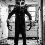 Gruwelijk enge prank in verlaten ziekenhuis met The Owlman…