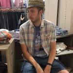 Hilariteit ontstaat als deze grapjas met zijn vrouw kleren gaat shoppen