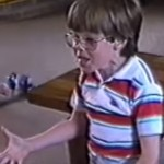 Aandoenlijk joch krijgt Nintendo NES en is helemaal in de wolken (jaren 80 retro video!)