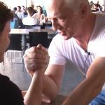 Oud-armworstelaar heeft een paar gouden tips voor ons zodat je altijd wint met armworstelen
