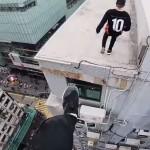 Roofers ontsnappen in Hong Kong aan de beveiliging door tussen flatgebouwen te springen