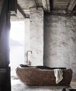 stenen bad, stenen muren, rauw