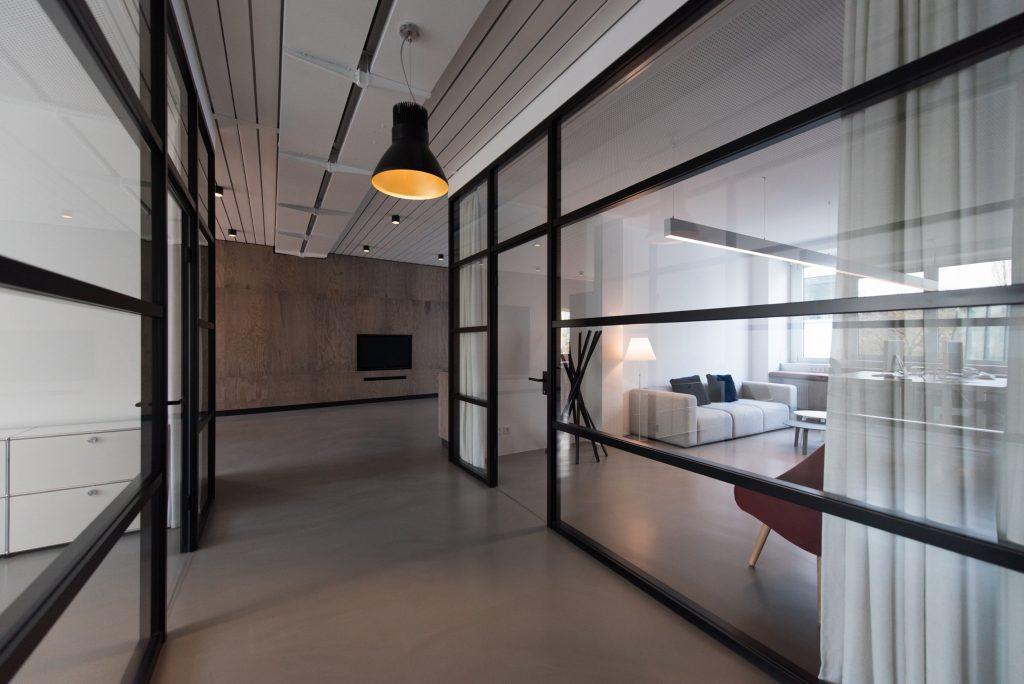 kamer in huis met glazen deur, open ruimte, ronde industriële lamp