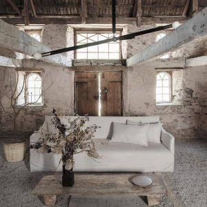 witte bank, oude plantenpot, onafgewerkte muren