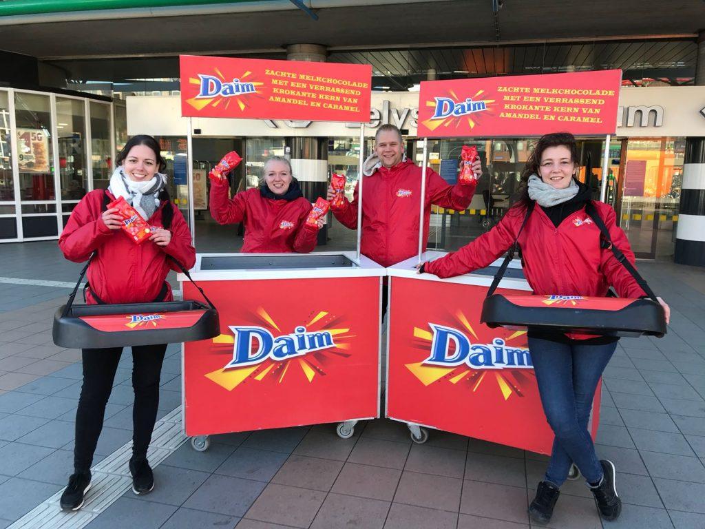 4 mensen doen promotiewerk voor Daim